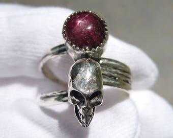 Large Star Ruby Silver Skull Ring - Size 9 Unisex / Mens Cast Skull Ring