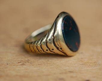 Vintage Art Deco 14K gentlemans bloodstone ring engraved shoulders