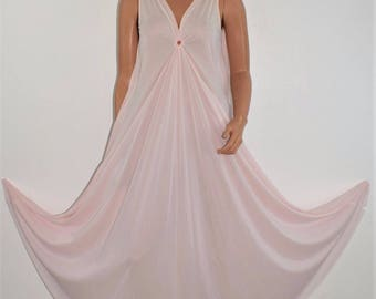 "Vintage Full Sweep Pink Nylon Nightgown by LUCIE ANN Size Small 166"" Diameter"