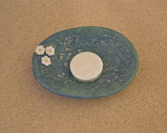 Blue green soap dish with white daisies, matt finish -  Handmade stoneware soap tray - Ceramic Bathroom accessory - Home decor
