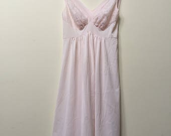 1950s Lace Pink Nightgown Negligee / Flowing Full Sweep with Lace Adornment Empire Waist Nightgown / Size S-M 36B
