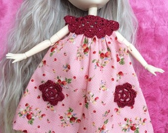Pink summer dress with strawberry motifs, collar and crochet pockets, for Pullip, Momoko, Barbie and similar dolls