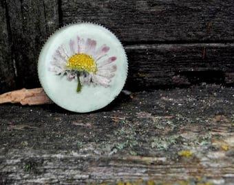 Resin Daisy Flower Brooch, Bronze Real pressed Flower Brooch, terrarium jewelry, Resin Round Botanical Brooch, Gardening gift, Nature lovers