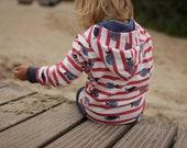 dünner Kinder-Kapuzenpulli, Sommerpulli, leichter Kinder-Hoodie aus Öko-Jersey, wächst lange mit, rot und weiß gestreift, mit Fisch-Motiven