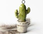 Grand pendentif cactus, céramique raku, céramique émaillée, blanc et vert, pièce unique, fait main, artisanal