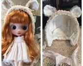 Blythe Puppe Middie Teddy Bär Helm Hut weich Rosa Mohair floralen Stoff handgefertigt für einen middie Blythe Puppe handgemacht von Olive Grove primitiven