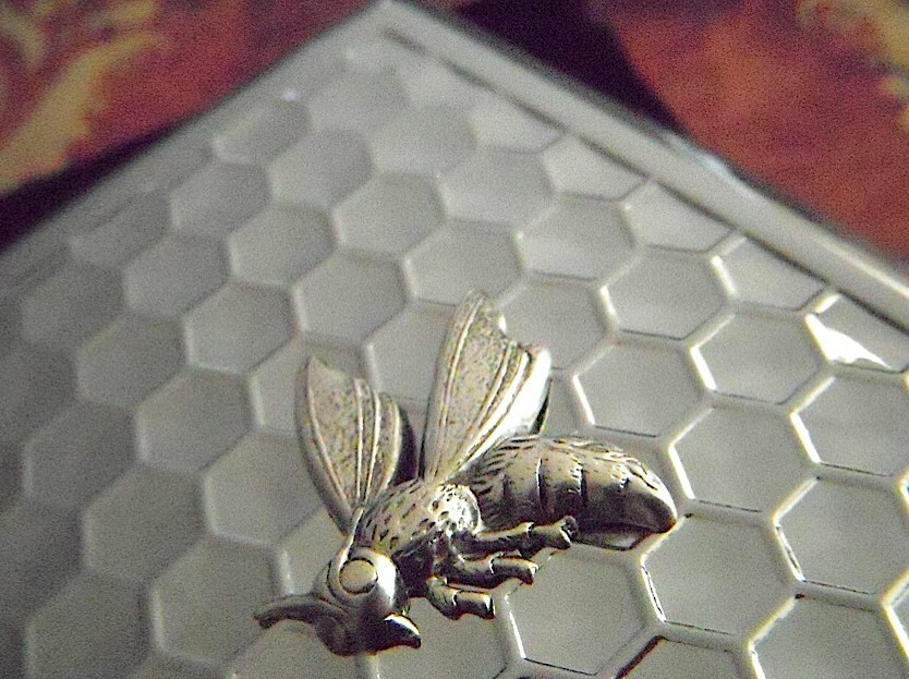 Big Cigarette Case Honeycomb & Wasp