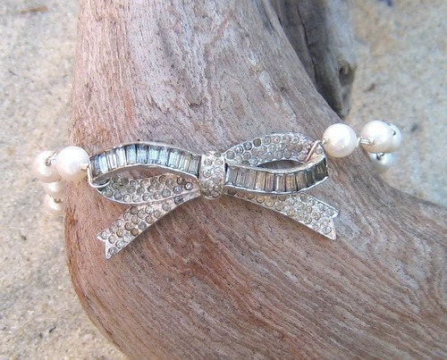 Sparkling bow bracelet