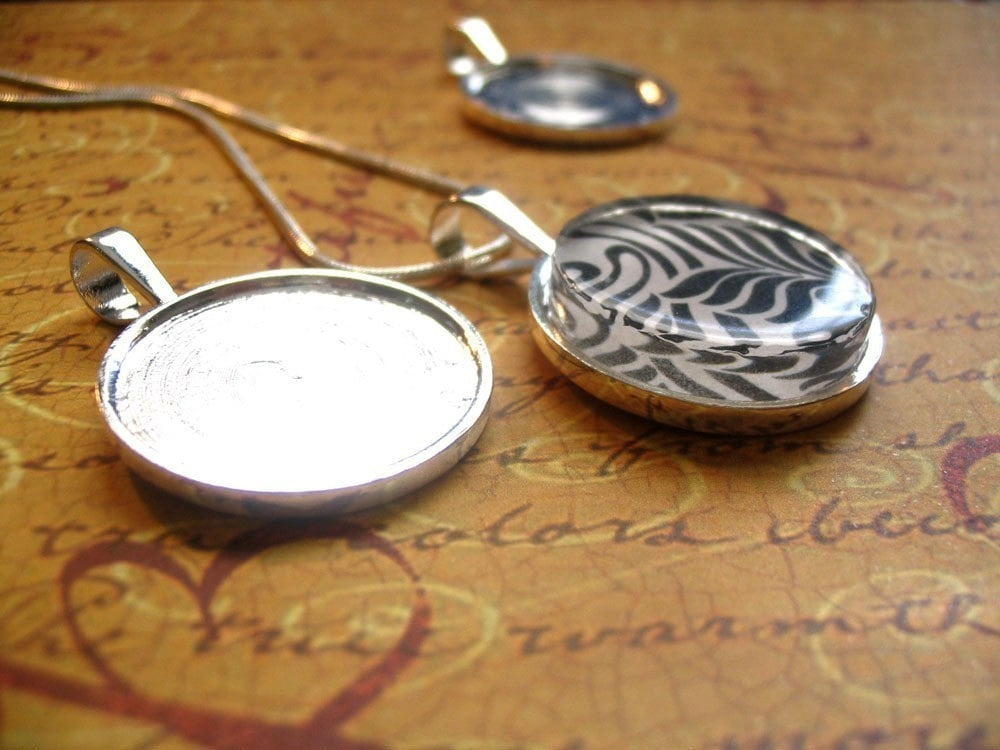 25... 1 inch Silver Round Pendant Trays