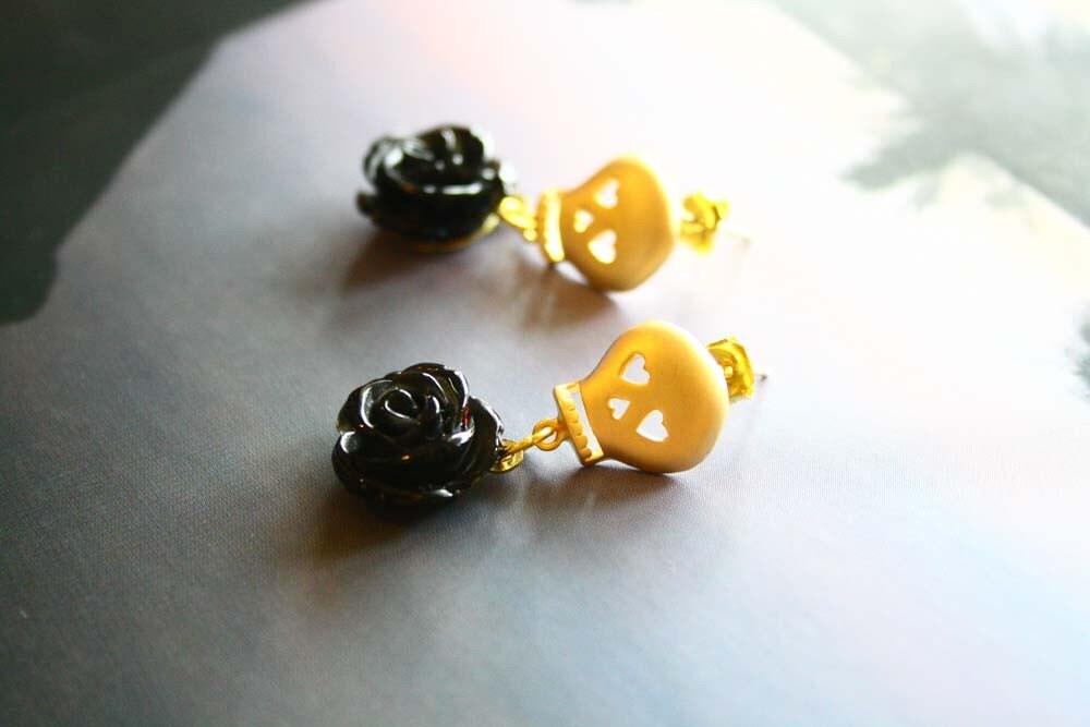 Skull earrings in sexy black rose