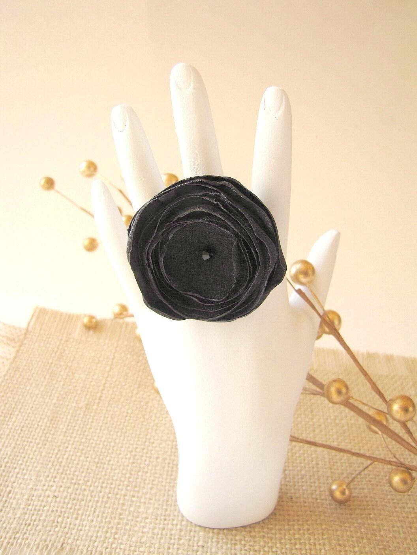 Кольцо с ручной атласа и органзы цветов All Black