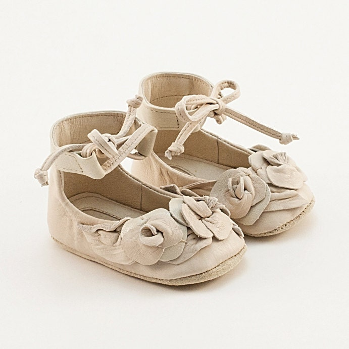 Beige leather baby shoes with roses