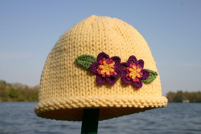 کودک کلاه بافتنی -- کلاه زرد دست کودک گره با گل