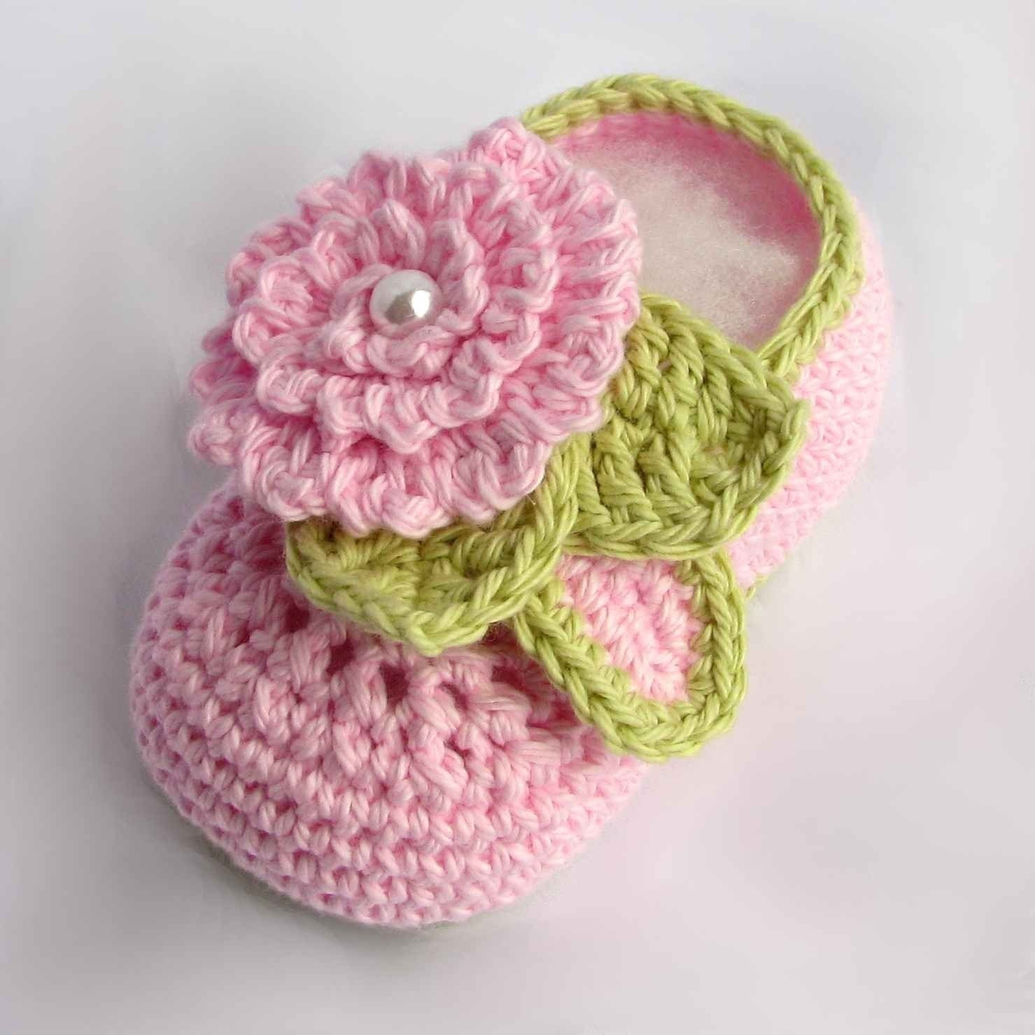 Crochet Baby Booties with flowers and pearl centers pdf