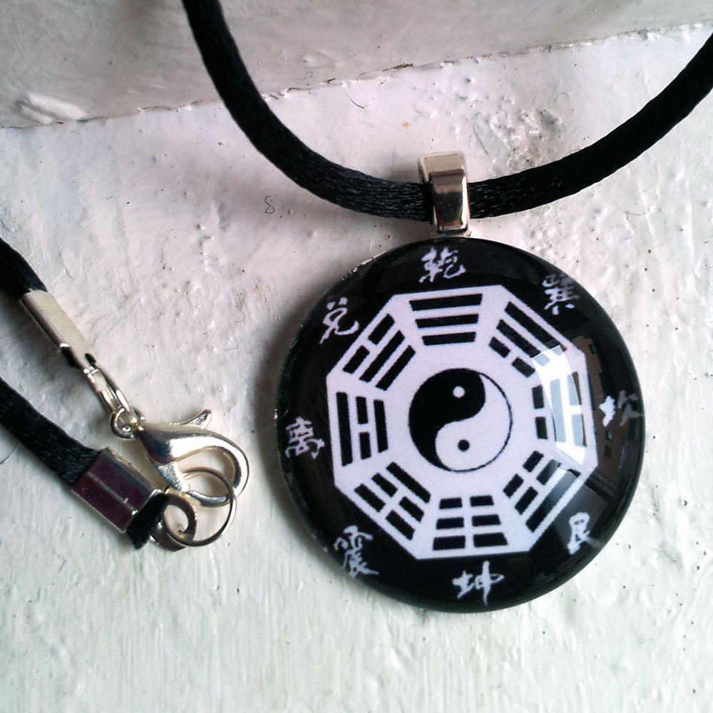 "Bagua, ""Yin Yang"", Feng Shui Trigram. Pendant Unisex. Circle Glass Tile Art Photo - miscelannia"