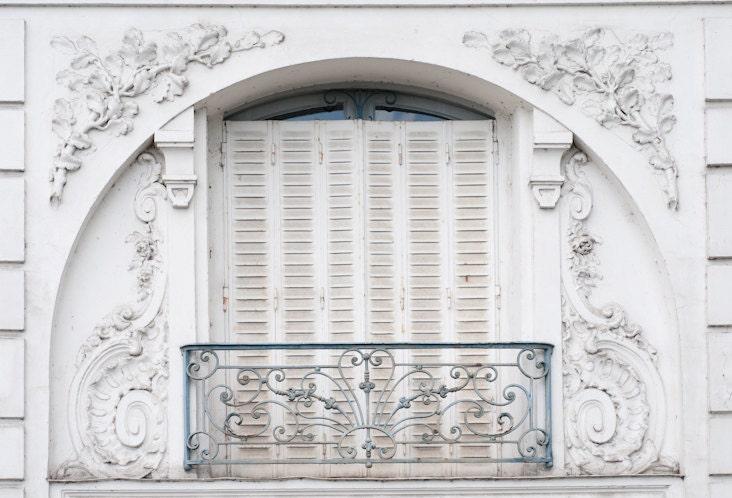 Paris Photo - Le Petit Balcon, Париж, Франция, Арочные белое окно с балконом и ставни, Изысканные фотографии путешествий искусства, домашнего декора