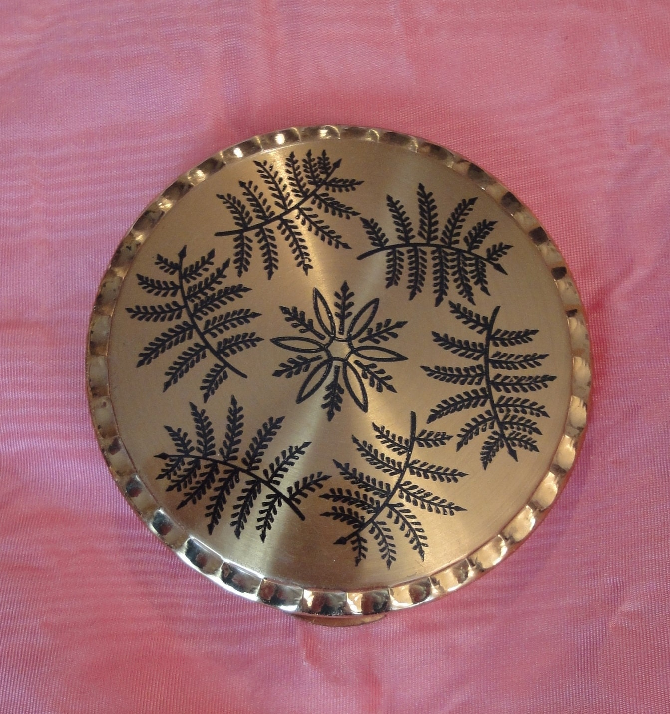 Vintage 50s 60s Kigu powder compact case gold tone black print decoration mid-century modern Mad Men - willynillyart