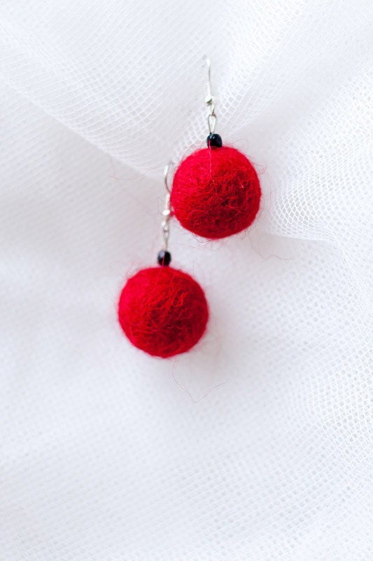 Hand felted earrings in poppy red. Felt fashion. Simple & Geometrical. Balls. Fiber Art. - EttarielArt