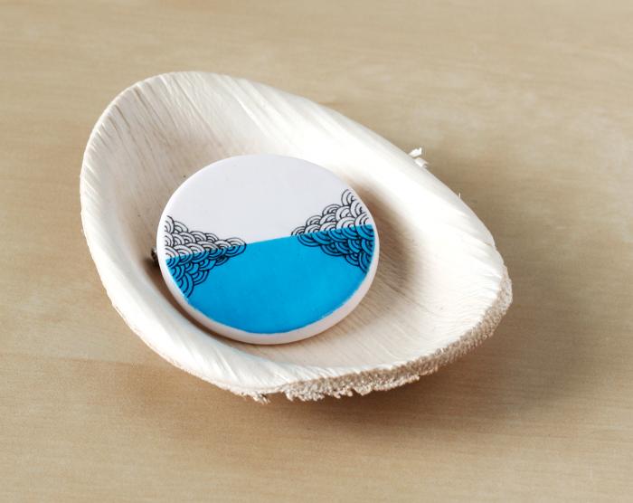 Broche Reflet d'océan - Broche bleue peinte & dessinée à la main - Bijou bleu turquoise tendance pour l'été