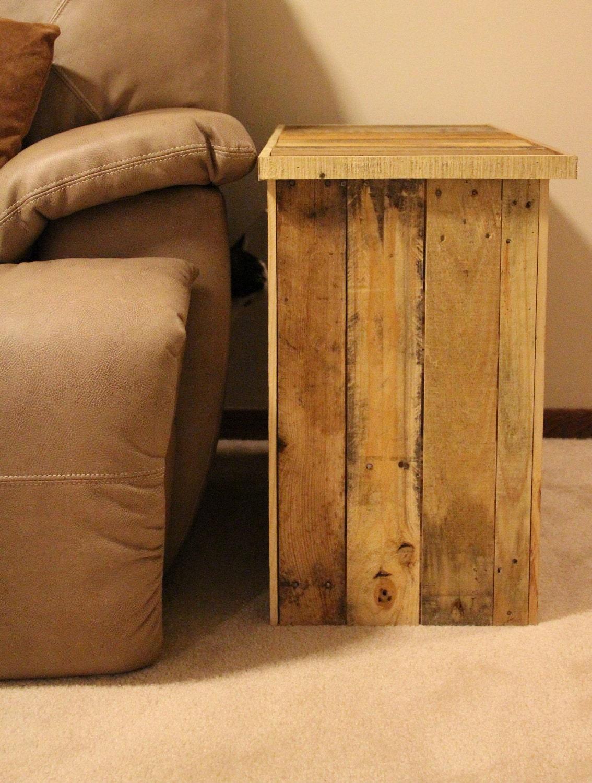 Mesa lateral hecha de tarimas