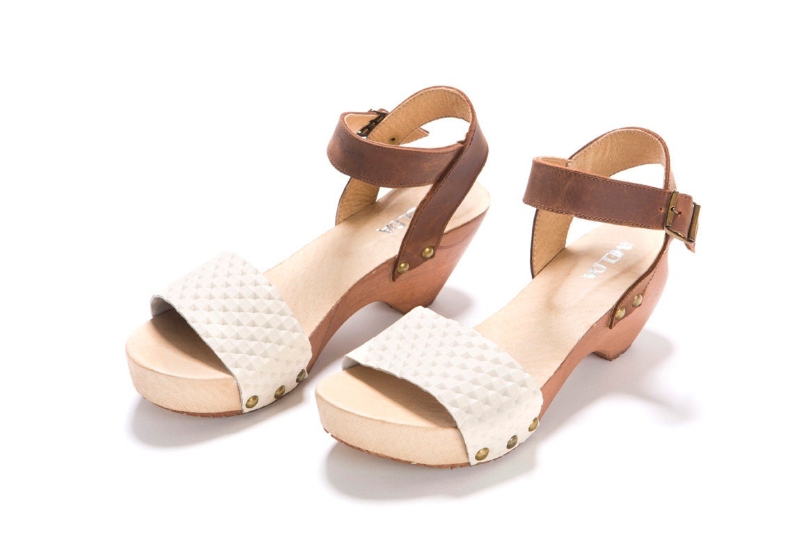 Milk and Cocoa clogs. A wooden clog, open sandals, made of soft leather, heel 5.5 cm, white and brown leather. - ImeldaShoes