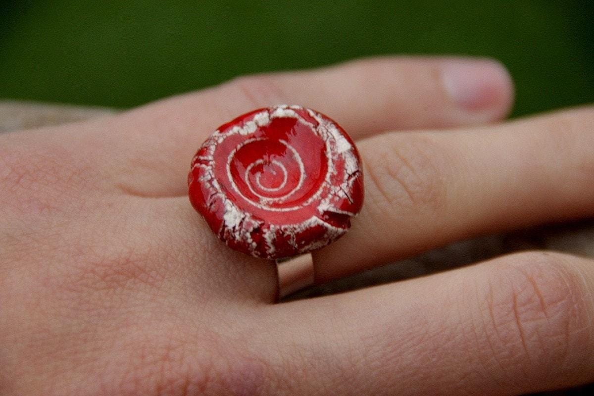 Скарлет красного керамического кольца ручной работы на регулируемое основание стерлингового серебра