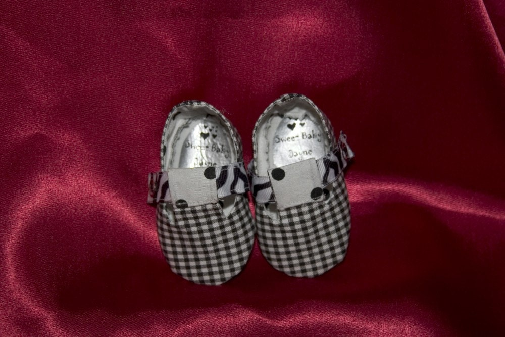 Infant girl's T strap shoes