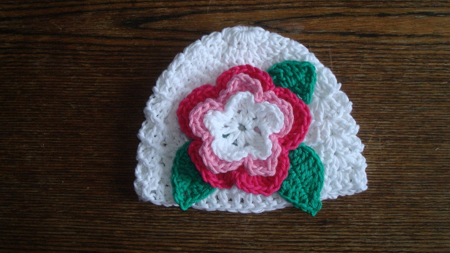 Cute snow-white hat with big crocheted flower. 3 sizes from 0 to12 month. Perfect for a gift or for a photo prop. Item 047 Chic summer