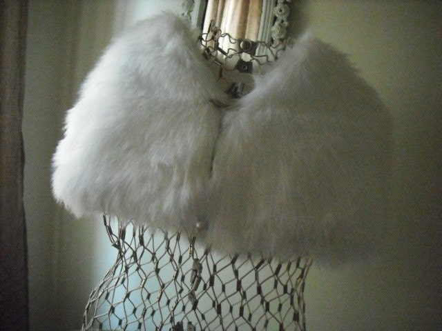 Vintage faux fur white fluffy cape, so sweet, excellent condition
