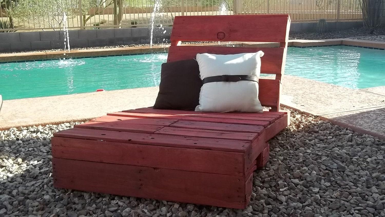 Palet reciclado salón de la calesa de color rojo granero de lavado