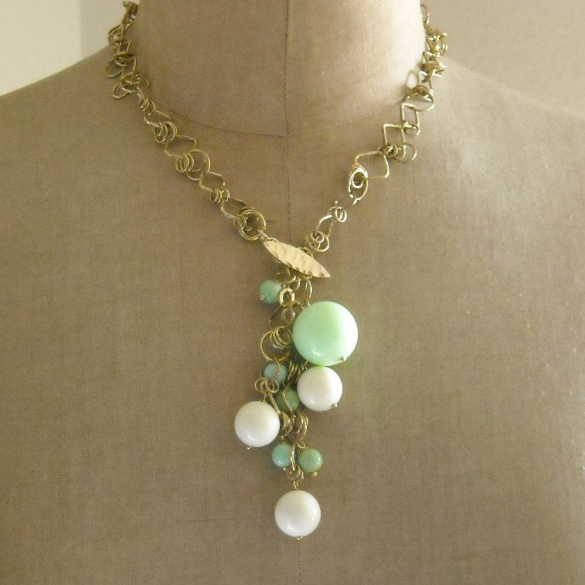 SALE - chain reaction lariat - vintage lucite and brass