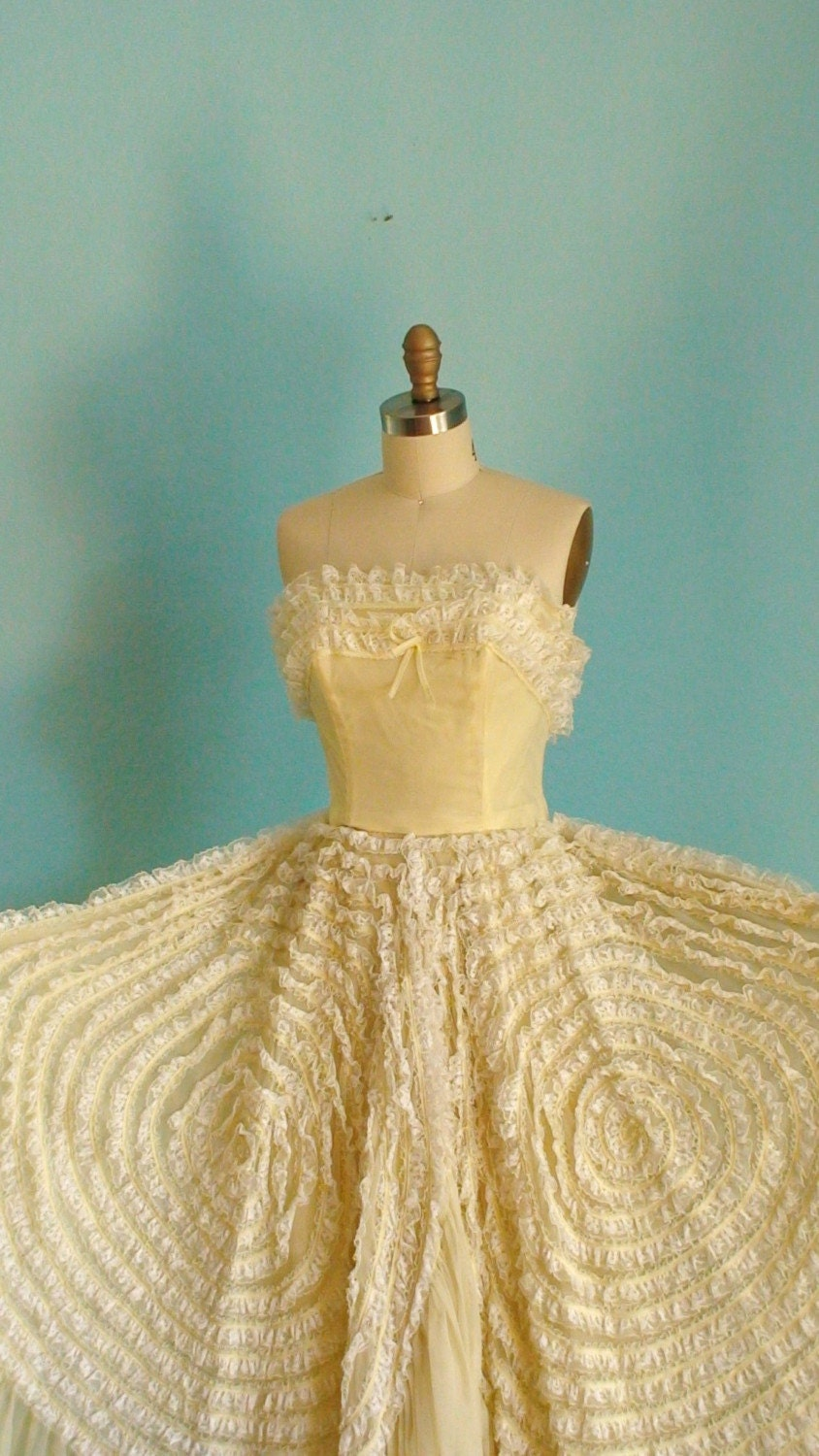 Vintage 1940s Pale Yellow Lace Prom Dress