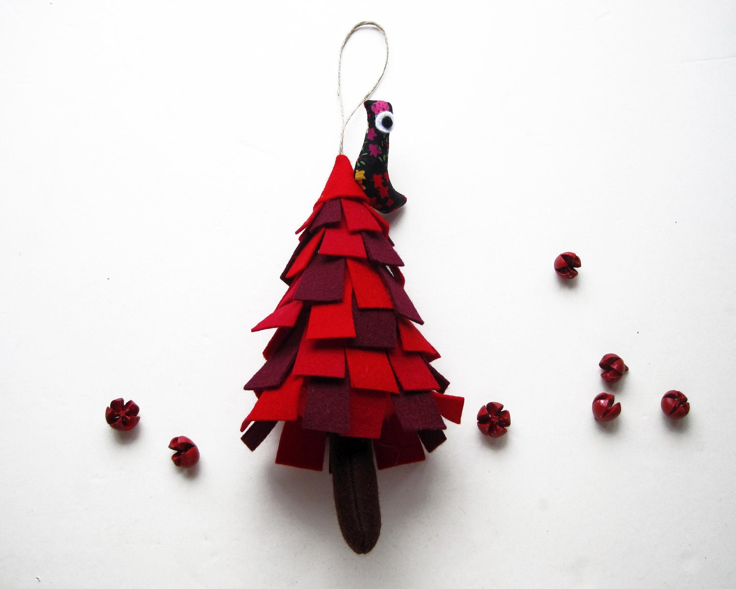 Red Christmas Tree with bird. Christmas ornament to hang. - Intres
