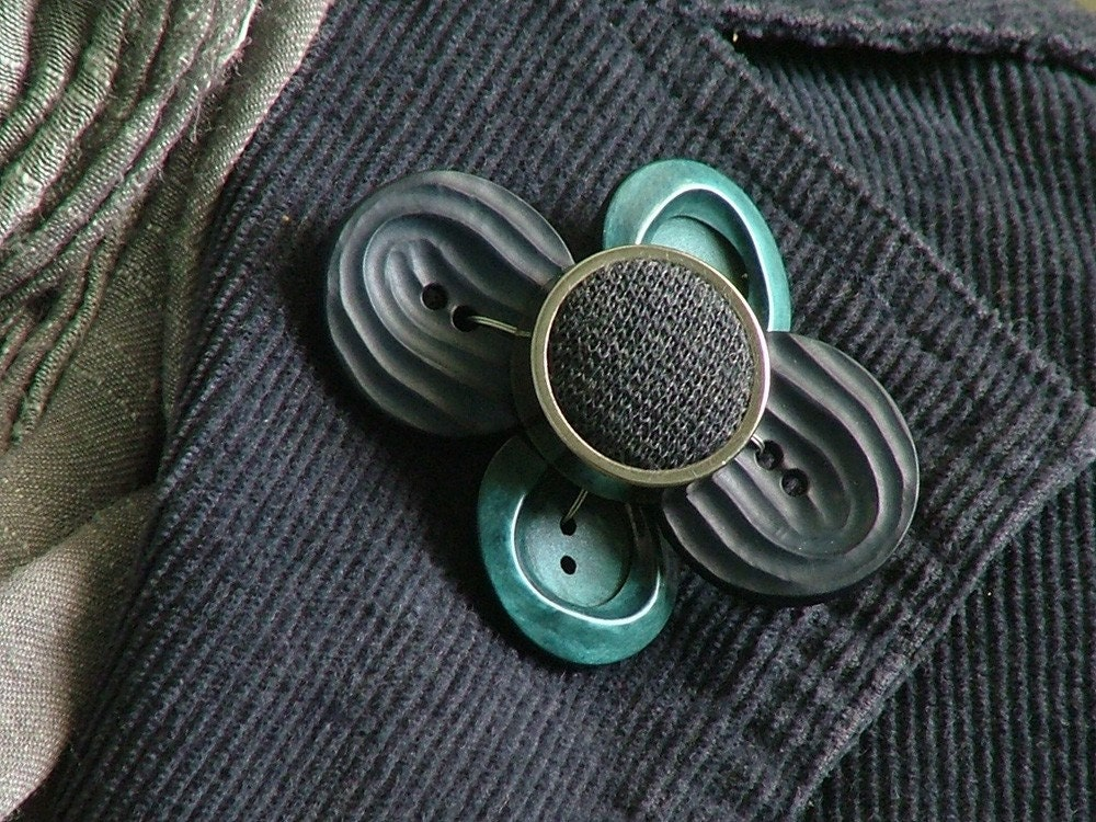 Brooch: Funky Blues Button Flower