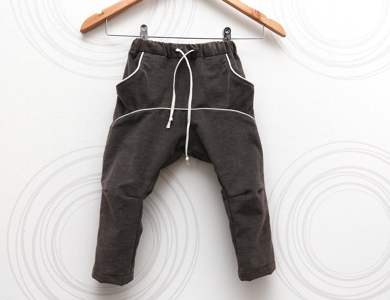 Toddler boys corduroy pants in brown Adjustable waist Comfortable slouchy low crotch trousers with tighter legs  // size US 1-3 (EU 80-98) - ZanziBach