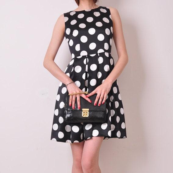 تنها 1 سیاه خالص سفید نقطه ابریشم ساتن لباس کوکتل نصب شده، طرح پارچه برجسته چین خورده چین پلیسه SleevesLessFull