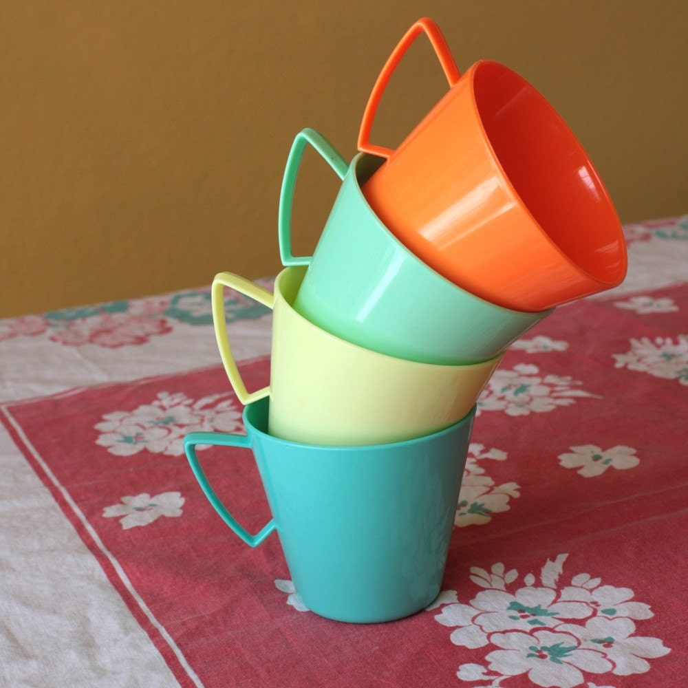 Set of 4 Regaline Retro Plastic Mugs