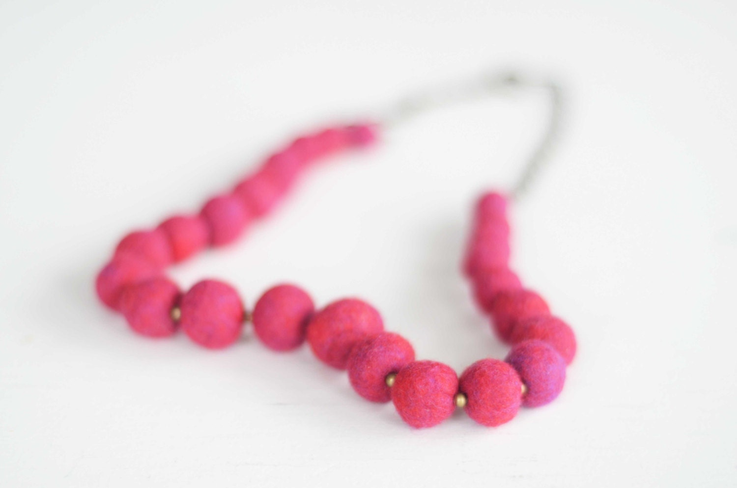 Short simple necklace in hot pink, copper and felt jewellery - Feltik