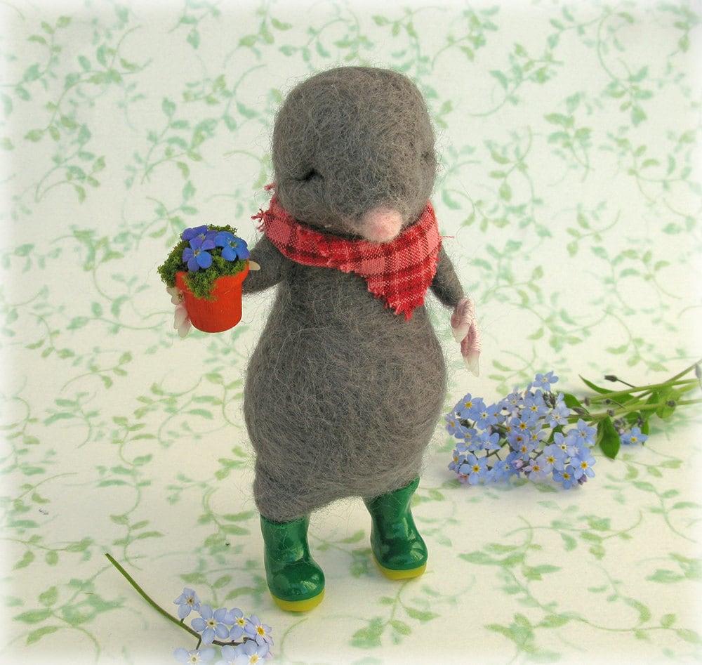 Mole Gardener Felted Model Needle Felting Ornament Gift for Gardening Lover Green Fingered Cute Animal Character Art Doll