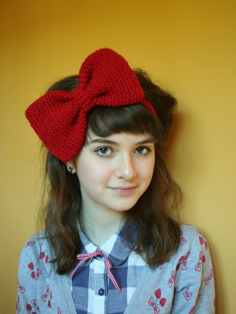 Oversized knitted hair bow - rich red