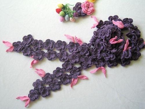 دستی قلاب دوزی روسری گل بنفش رنگ با برگ های صورتی