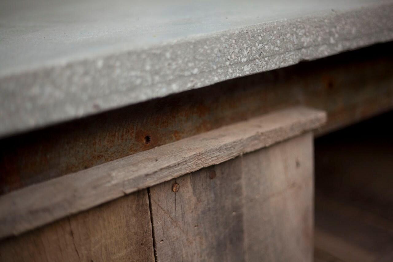 Hormigón, acero, y la mesa de roble del café