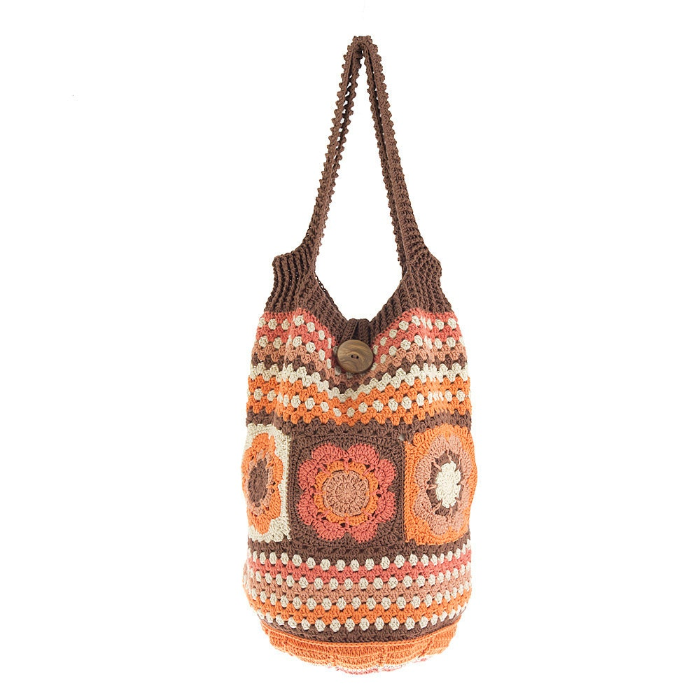 Saco tiracolo em crochet com padrão florido
