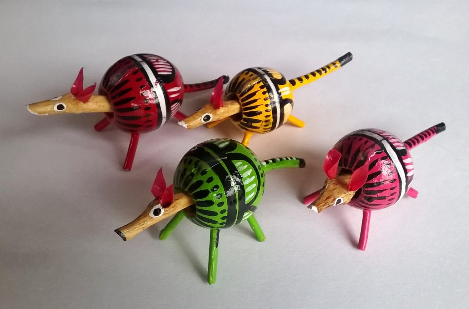 Miniature Wooden Animals Hand Painted Seed Pods Handmade Mexican Armadillo Dash Board Decoration Cute Little Creatures Wooden Toys