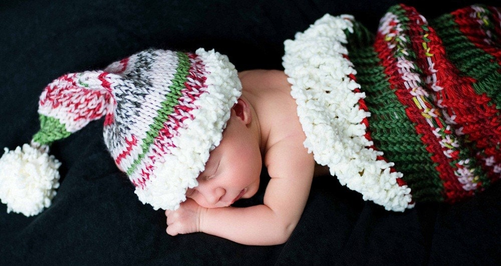 Adorable motley Santa-set in traditional Christmas colors.Cocoon and matching hat.