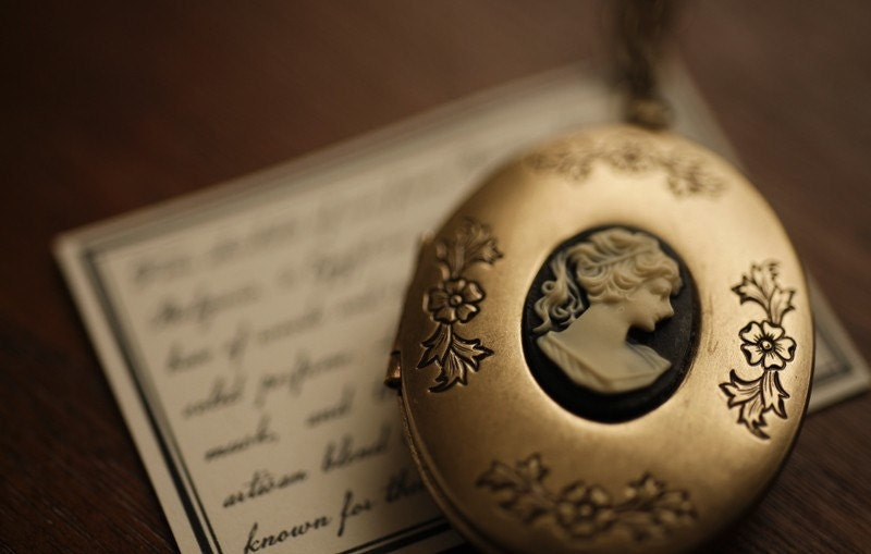 CAMEO NOIR - solid botanical perfume in brass locket