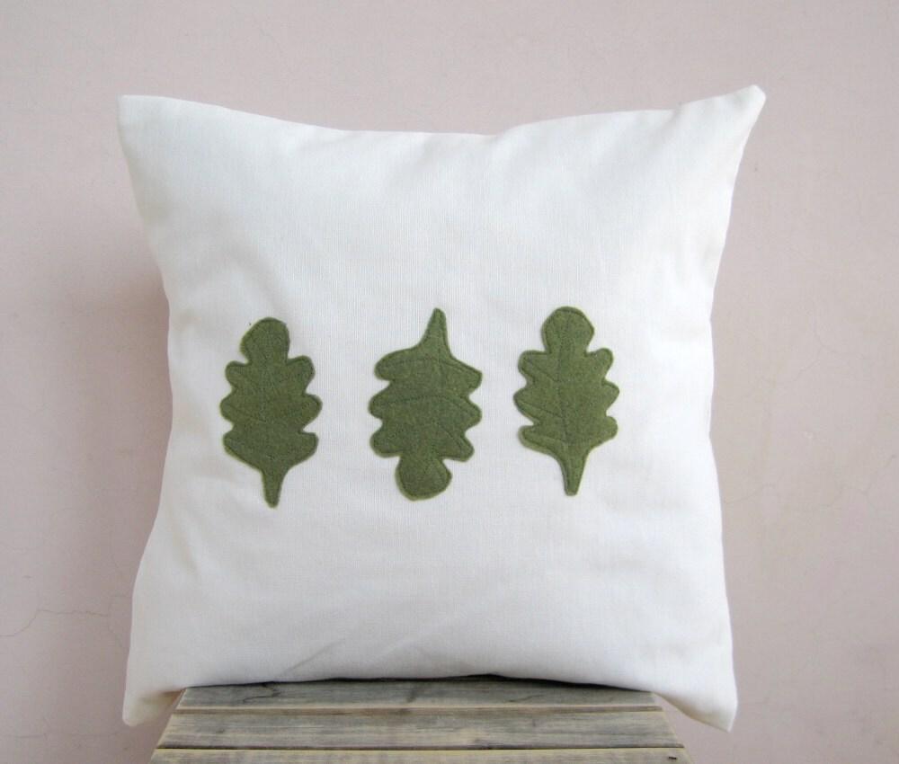 Лесной подушку: Дубовыми Листьями в зеленый мох экологически почувствовал на белых хлопковых
