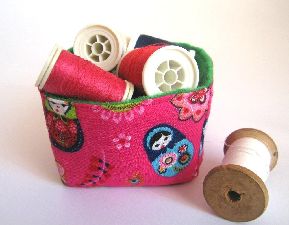 Ручной квадратных корзины хранения ткани: ярко-розовый Россия печати куклы и зеленый экологически чувствовал