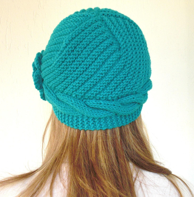 دست گره کلاه خمیده یکنوع عرقچین کوچک کهمحصلین برسر میگذارند ، لوازم جانبی و زمستان کلاه ویکتوریا فیروزه آبی -- کلاه پشمی زنان -- تعطیلات هدیه -- کریسمس هدیه
