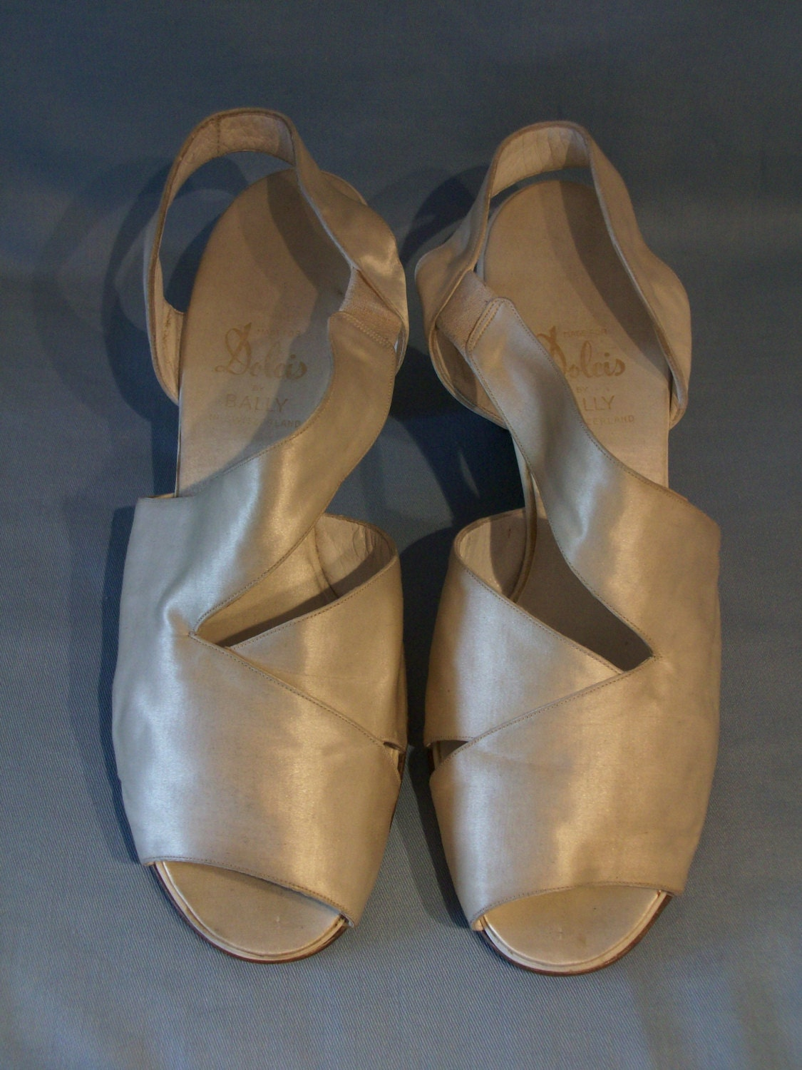 Beautiful 1940s cream silk open toe asymmetrical lounge shoes US 6  UK 4 grand vintage bridal shoes